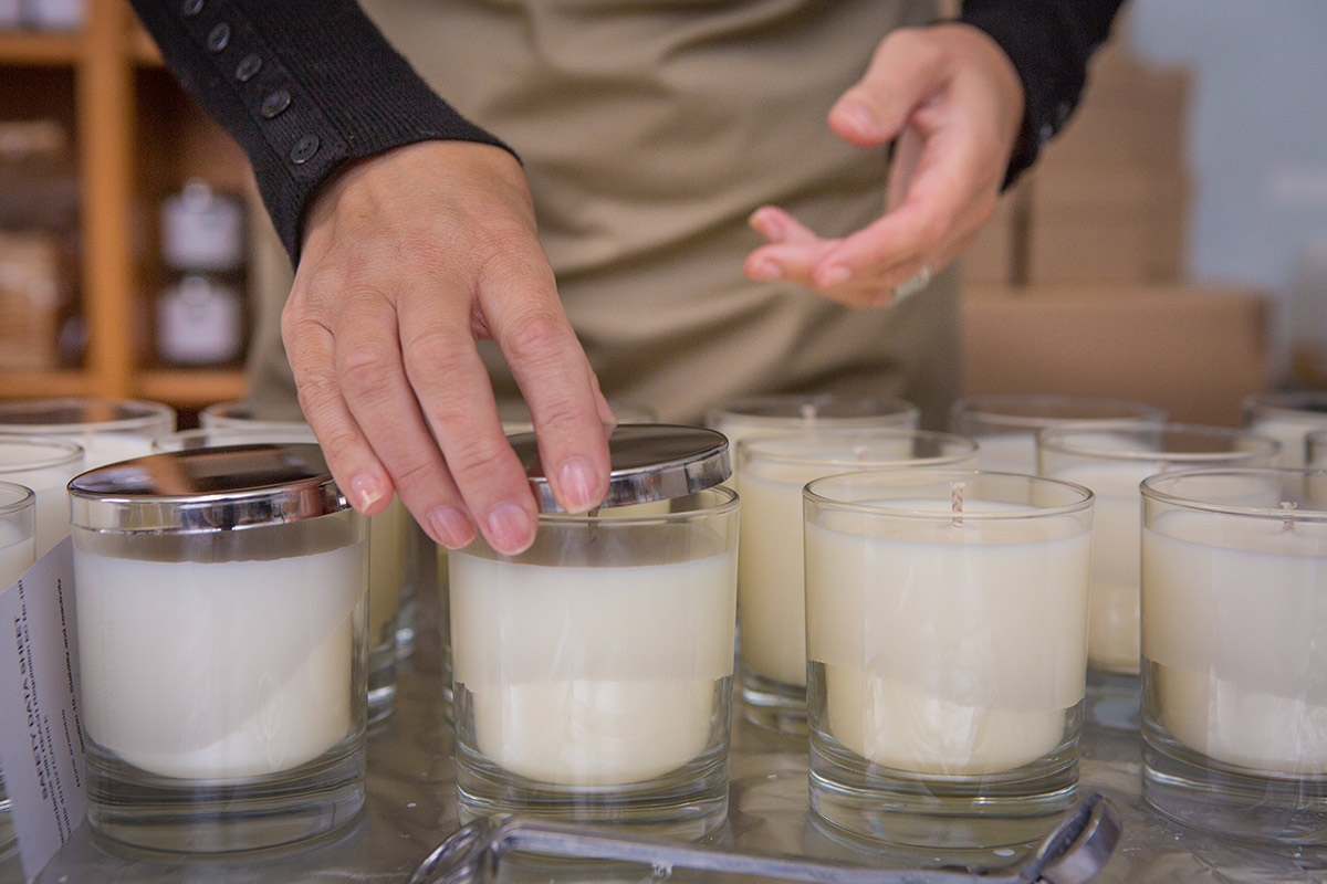 Wet spots on the candle glass - What it is and can you